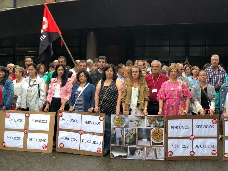 Cerca de 300 personas exigen poner freno a los incumplimientos de la concesionaria de la cocina y la cafetería de Sierrallana