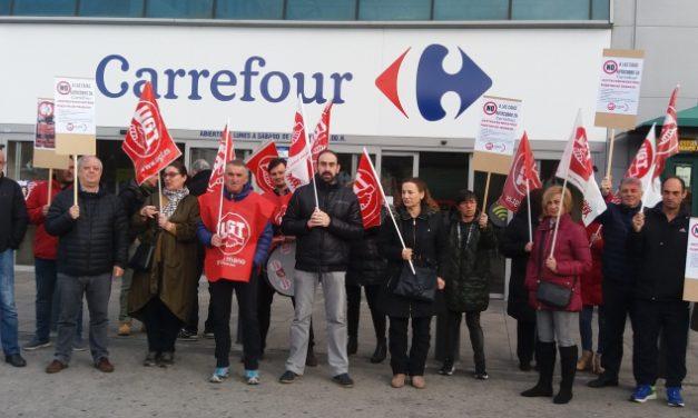 UGT advierte que la implantación de cajas autocobro es una medida más de Carrefour para reducir plantilla