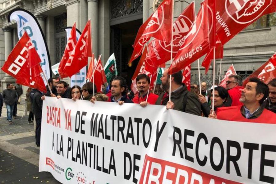 Un centenar de delegados de Liberbank rechazan en Madrid los recortes planteados por la entidad bancaria